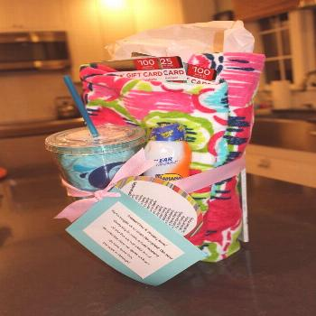 Gift cards, beach towel, insulated cup, magazine and sunscreen ... nice presentation ... Gift cards